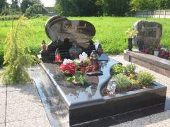 Szimpla fekete síremlék